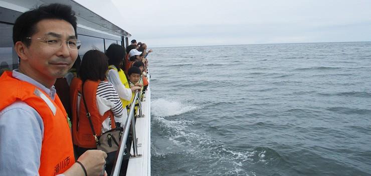 遊覧船で漁場へ!
