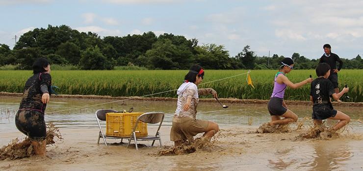 運動会会場の周りは稲刈り間際の稲穂の田んぼ。のどかな雰囲気の中、「お母さん、がんばってー!」と声援が飛び交います。