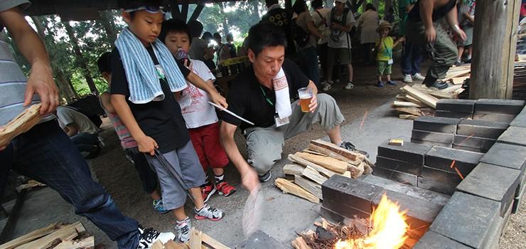初日の夜は、参加者みんなで作るカレー。はんごうでご飯を炊くのがはじめての子も、親子で協力しながらすすめます。「火加減はこんな感じかな?」「お父さん、すごーい!」。