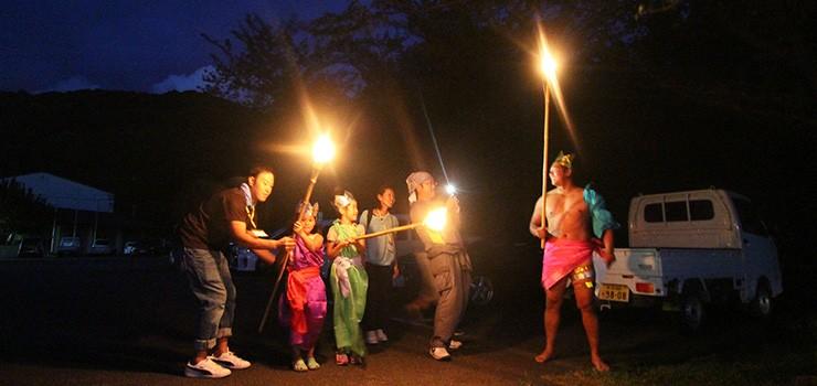 食事の後は生産者とJA職員、参加者みんなで楽しむキャンプファイヤー。若手生産者と子どもたちが火の神と火の子に扮して登場!会場が一気に盛り上がります。