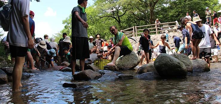 2日目のお昼は、宿舎のそばの渓流で、川魚のつかみ取りを楽しみます。