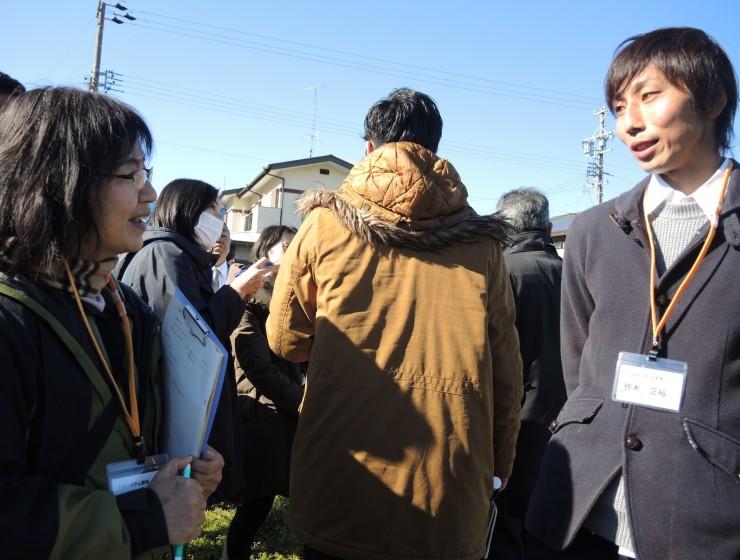 鈴木正裕さん(右端)のキャベツのほ場にて