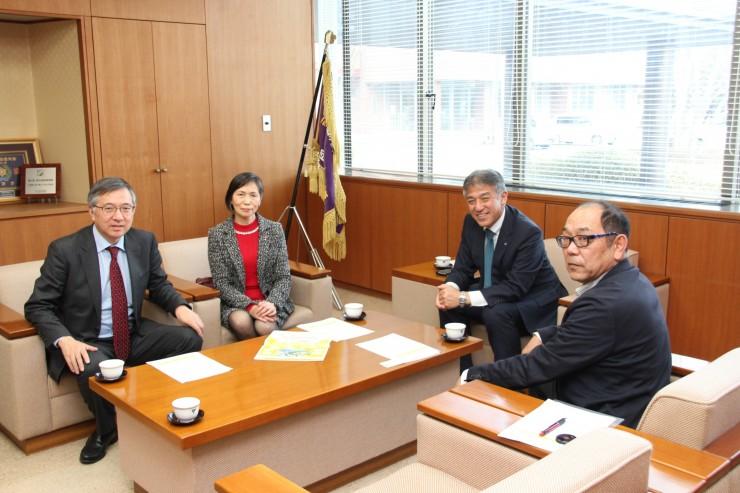 発電会社の社長も務める高橋大潟村村長(右から2人目)を表敬訪問
