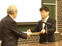 表彰状を受け取る日本生協連の和田専務理事