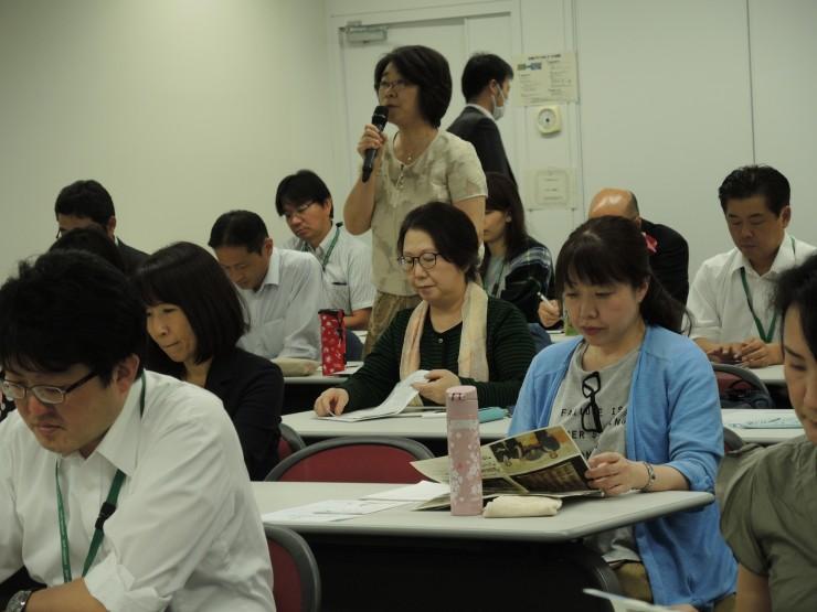 学習会で質問する組合員