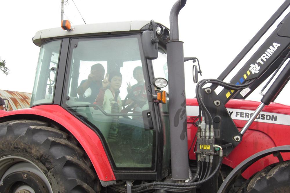 大きな農業機械に乗って