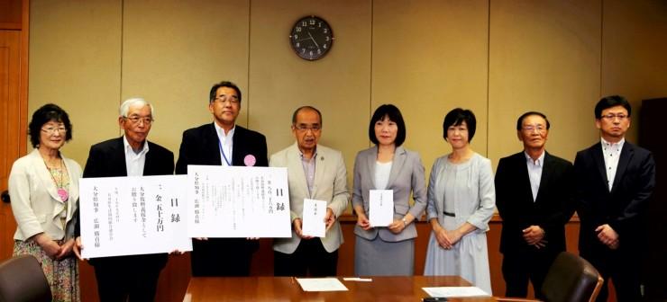 義援金の目録を手にする広瀬知事(中央左)とパルシステム連合会吉中副理事長(左から3番目)
