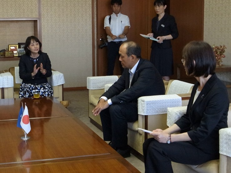 大曲・福岡県副知事(右)と懇談する高野常任理事(左)