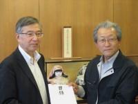 被災したJA筑前あさくらの深町琴一組合長(右)へ目録を手渡す原専務理事